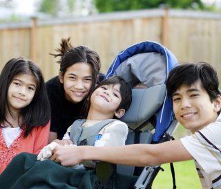Portrait d'un groupe de jeunes souriants
