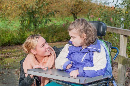 Portrait d'une accompagnatrice et jeune fille handicapée