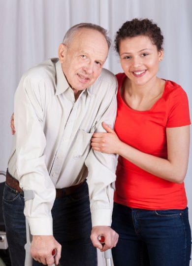 Portrait d'un homme en béquille avec femme accompagnatrice