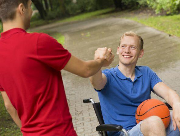 Portrait de deux adolescents qui jouent au basketball