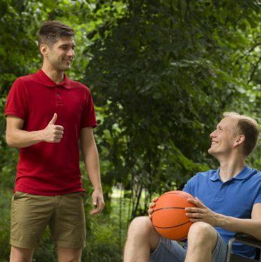 Portrait de deux hommes avec un ballon de Basketball