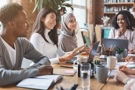 Portrait d'un groupe de personne discutant autour d'un bureau
