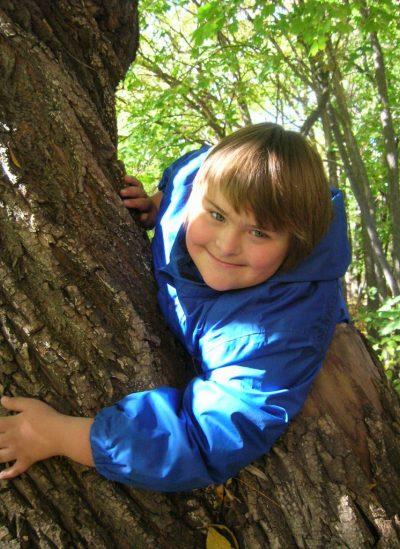 Portrait d'un jeune garçon dans un arbre