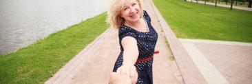 Portrait d'une femme heureuse tendant la main