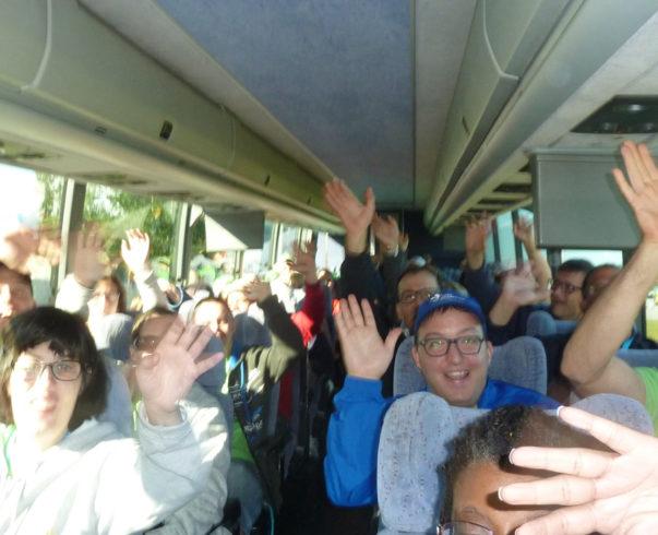 Portrait d'un groupe heureux en autobus