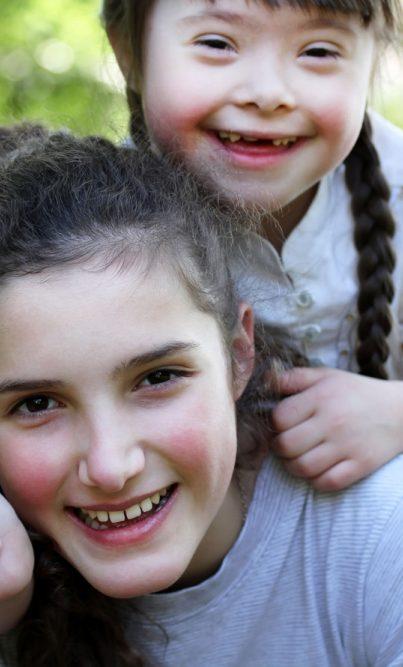 Portrait d'une fillette et accompagnatrice souriantes